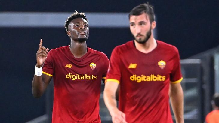 Abraham castiga l'Udinese, la Roma vince ma perde Pellegrini per il derby
