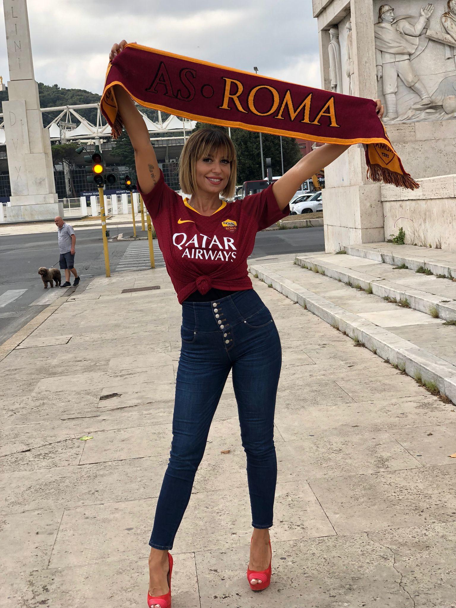 La showgirl e speaker radiofonica, grande tifosa della Roma, scalda il derby di domenica con le sue foto come sempre mozzafiato.<br /><br />