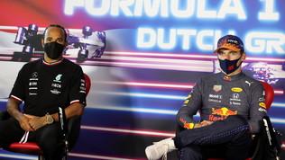 """Hamilton: """"Verstappen parte dietro, approfittiamone"""". Max: """"Rimonta difficile"""""""