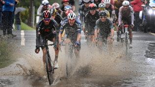 Pioggia, fango e cadute: lo spettacolo della Parigi-Roubaix