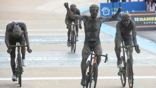 Colbrelli, volata da sogno e trionfo alla Roubaixnel fango. Sfortuna Moscon