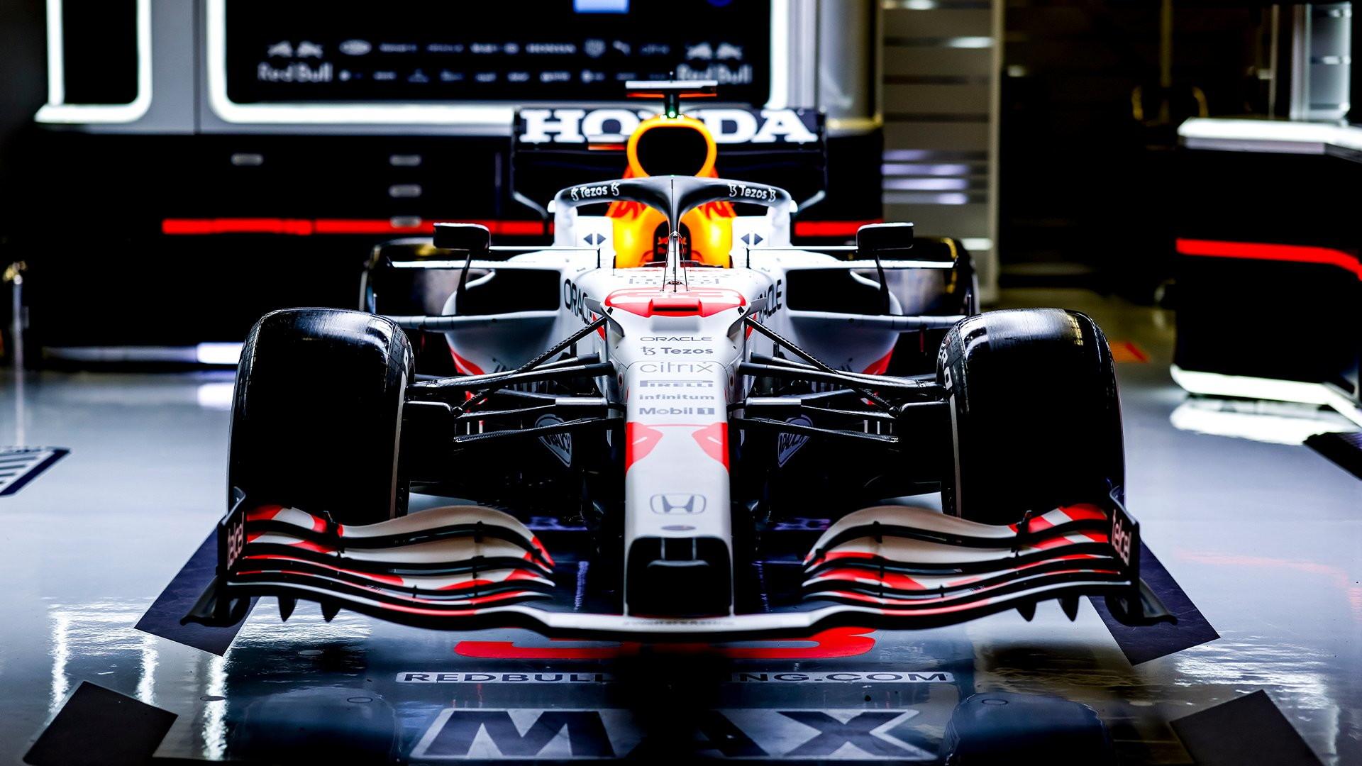 Red Bull ha deciso di correre il GP di Turchia con una livrea speciale dedicata alla Honda e al Giappone. Verstappen e Perez&nbsp;sfileranno&nbsp;in bianco con dettagli rossi che richiamano la bandiera nipponica. Questo weekend si sarebbe dovuto gareggiare&nbsp;a Suzuka, tappa&nbsp;poi cancellata per le norme Covid.&nbsp;Nell&#39;occasione, &egrave; stato annunciato che&nbsp;il distacco da Red Bull e AlphaTauri avverr&agrave;&nbsp;gradualmente nonostante il ritiro di Honda a fine stagione. La scuderia anglo-austriaca ed il marchio giapponese hanno svelato gli accordi di collaborazione per il 2022: Honda continuer&agrave;&nbsp;a sviluppare la propria power unit per Red Bull e AlphaTauri durante il prossimo anno. Questa sar&agrave;&nbsp;per&ograve;&nbsp;sotto la supervisione di una societ&agrave;&nbsp;di nuova costituzione: Red Bull Powertrains. Honda continuer&agrave;&nbsp;a fornire supporto operativo in pista e in gara dal Giappone durante tutto il mondiale. Dal 2023, Red Bull Powertrains si assumer&agrave;&nbsp;la piena responsabilit&agrave;&nbsp;di tutta la produzione e la manutenzione dei motori. Red Bull, inoltre, assumer&agrave;&nbsp;i tecnici che lavorano nella base britannica di Honda a Milton Keynes.<br /><br />