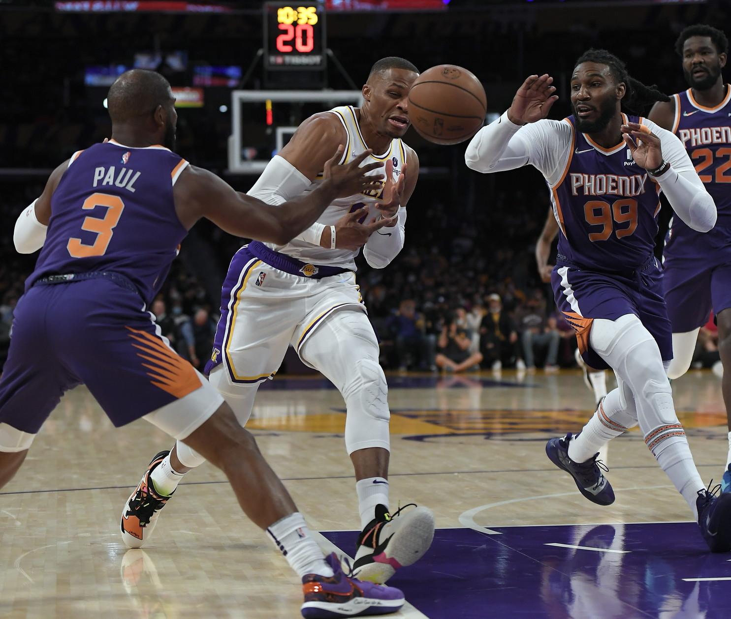 Quarta partita e quarta sconfitta in pre-season per i Lakers, che ancora senza LeBron James vengono travolti dai Suns allo Staples nonostante i 19 punti di Anthony Davis e i 17 dalla panchina di Carmelo Anthony (5/7). I Suns scappano via in un terzo quarto da 37-20 e mandano sei giocatori in doppia cifra (12+9 e 3 stoppate per l&rsquo;ex JaVale McGee). Ancora una brutta prestazione per Russel Westbrook, che mette a referto pi&ugrave; palle perse (9) ed errori dal campo (3/12) che punti segnati (8). Nelle altre partite Milwaukee travolge OKC con un parziale di 32-1, mentre Spurs e Bulls vincono in trasferta di una lunghezza sui cambi di Orlando e Chicago.<br /><br />