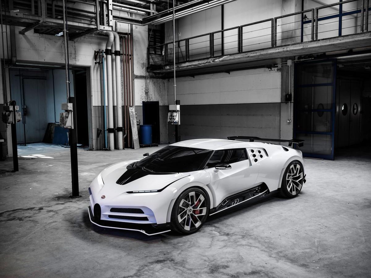 Dhjetë ekzemplarë, dhjetë milionë euro: këtu është Bugatti Centodieci, super -vetura më e fundit që është ndërtuar.  i dhuruar Cristiano Ronaldo. & nbsp; Një makinë garash e ndërtuar në Molsheim (Francë) e pajisur me një motor 8 litra W16 me 1.500 kuaj fuqi, i aftë të shkojë nga 0 në 100 në vetëm 2.4 sekonda, me shpejtësi;  maksimale e vendosur në 380 km /orë. <br /> <br />